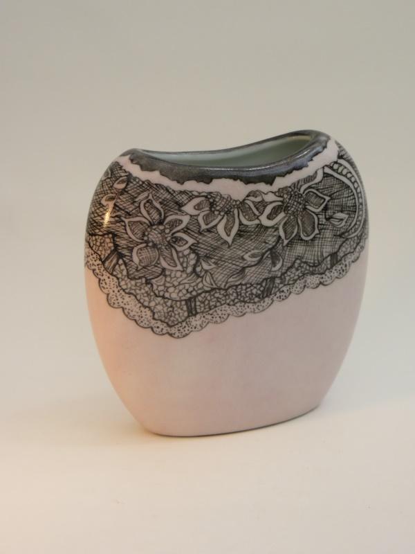 peinture-sur-porcelaine-vase-rose-boudoir-dentelle